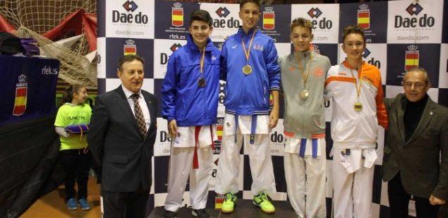 Ismael Pérez posa en lo más alto del podio en Badajoz