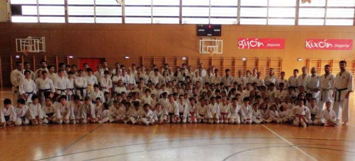 El curso internacional reúne 350 karatekas