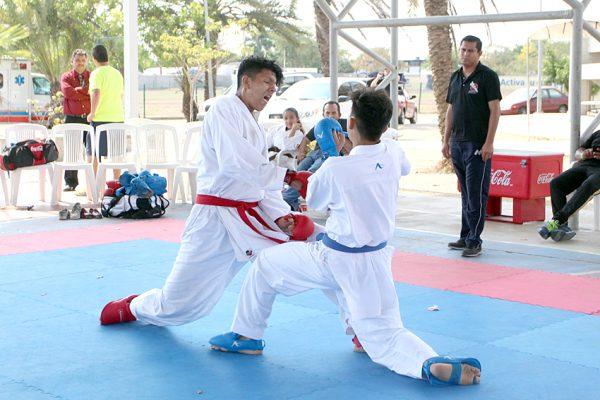 Karatecas se preparan en el Deportivo Juárez