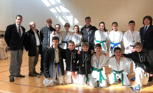 Medallas y podios para los azkoitiarras en el zonal de karate celebrado en Aretxabaleta